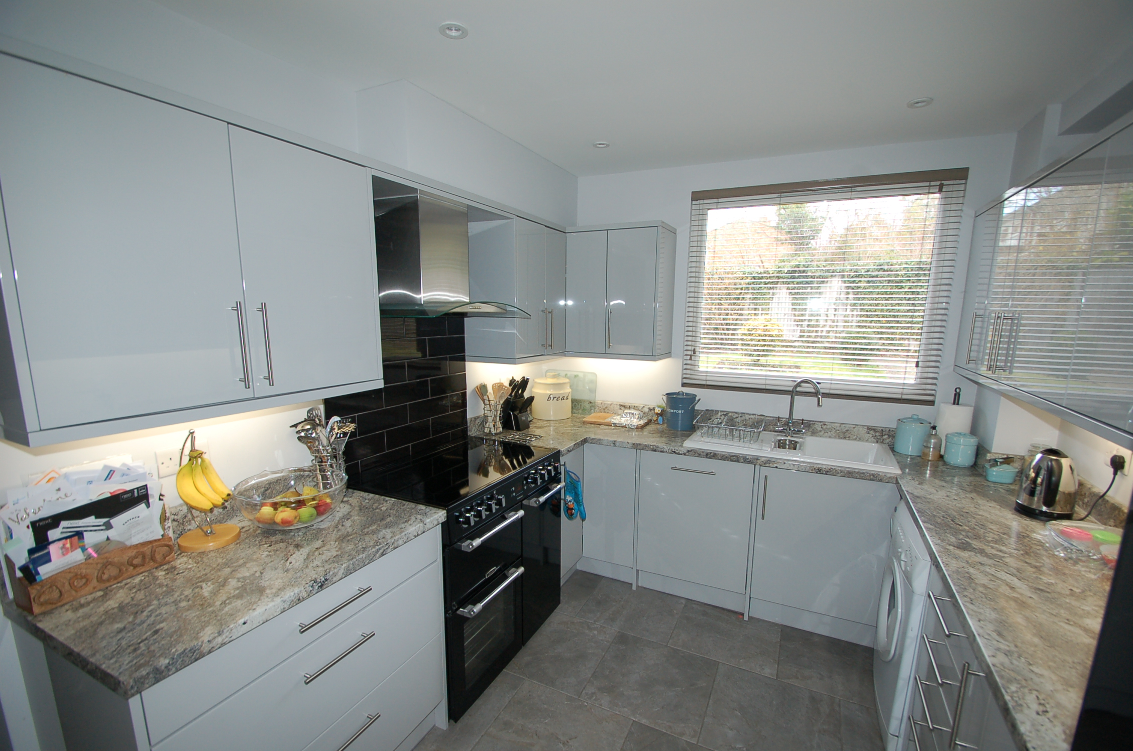 Lacquered J profile doors on white cabinets with laminate worktops